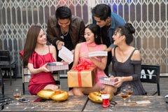 与礼物盒的青年人愉快的时间在庆祝党 Bir 库存照片