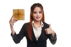 与礼物盒的年轻亚洲女商人赞许 库存照片