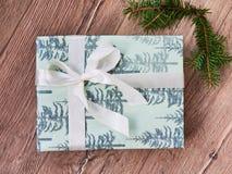 与礼物盒,在木背景的圣诞装饰的圣诞节和除夕背景,flatlay 免版税图库摄影