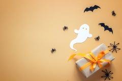 与礼物盒,装饰鬼魂的蜘蛛的万圣夜背景 免版税库存图片