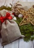 与礼物袋子的圣诞节装饰 免版税库存照片