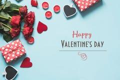 与礼物,在蓝色的红心的情人节卡片 顶视图 免版税库存图片