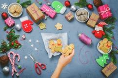 与礼物,曲奇饼,圣诞节装饰a的圣诞节背景 免版税图库摄影
