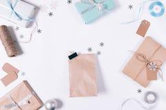 与礼物,箱子,雪花的包裹 免版税库存图片