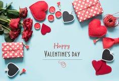 与礼物,蓝色表面上的红心的情人节构成 顶视图 库存照片
