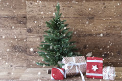 与礼物,雪花的圣诞树 库存照片