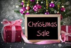 与礼物,雪花, Bokeh,文本圣诞节销售的树 免版税库存图片