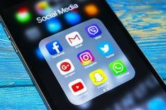 与社会媒介象的iphone 6s加号在屏幕上的 智能手机生活方式智能手机 开始社会媒介app 免版税库存照片