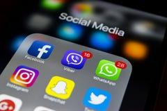 与社会媒介象的Iphone 7s加号在屏幕上的 智能手机生活方式智能手机 开始社会媒介app 免版税库存图片