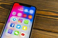 与社会媒介facebook, instagram,慌张,在屏幕上的snapchat应用象的苹果计算机iPhone x  社会媒介象 社会 库存图片