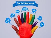 与社会网络符号的五颜六色的愉快的手指面带笑容和象 库存图片