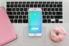 与社会网络服务慌张的IPhone6S罗斯金子 免版税图库摄影