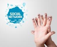 与社会网络标志的手指面带笑容 库存图片