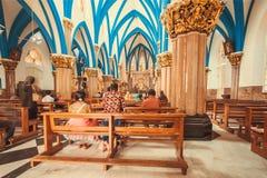 与祈祷的妇女和人的教会内部在17世纪宽容圣玛丽` s大教堂的圆顶下 免版税库存照片