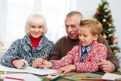 与祖父母一起的绘画 免版税库存照片