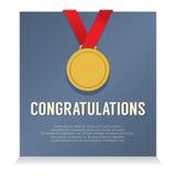 与祝贺卡片的金黄奖牌 库存图片