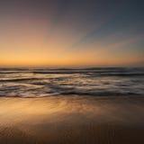 与神光芒的前黎明海景 免版税库存图片