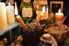 与神秘的对象的两个蜡烛 免版税库存照片