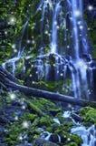 与神仙和不可思议的蓝色月光影响的瀑布 免版税图库摄影