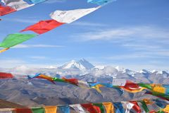 与祷告旗子的珠穆朗玛峰在前景 免版税图库摄影
