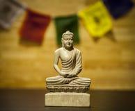 与祷告旗子的菩萨雕象 免版税图库摄影