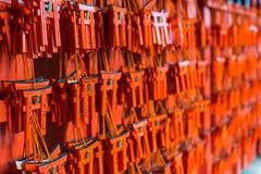 与祷告的小在Fushimi Inari的torii和愿望祀奉 免版税库存图片