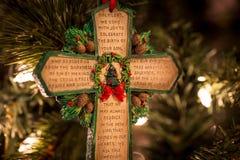 与祷告的绿色十字架 免版税图库摄影