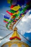 与祷告flages的Boudhanath Stupa在风和深蓝天,加德满都,国家环境政策法案 库存图片