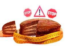 与禁止的交通标志的巧克力蛋糕 免版税库存图片