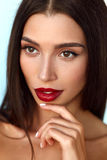 与秀丽面孔和专业构成的美好的妇女模型 免版税库存图片