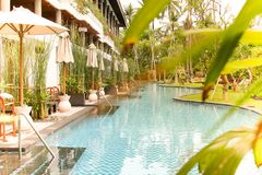 与私人设备和庭院的热带别墅 在晴天打开阳伞 免版税库存照片