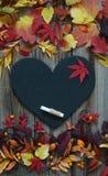 与秋叶、板岩心脏和白垩的背景 免版税图库摄影