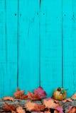 与秋叶和日志边界的土气木背景 免版税库存图片