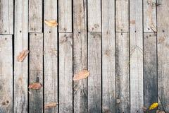 与秋叶的土气木地板 免版税库存图片