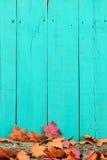 与秋叶的土气木背景在日志 免版税库存照片