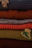 与秋叶的羊毛堆 免版税库存图片