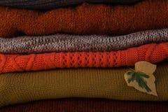 与秋叶的羊毛堆 库存照片
