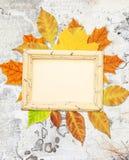 与秋叶的Grunge背景 免版税库存图片