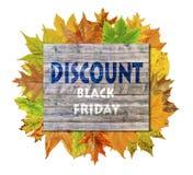 与秋天叶子和词黑星期五折扣的木立方体 免版税库存图片