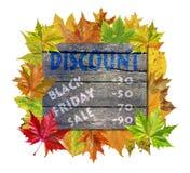 与秋天叶子和词黑星期五销售的木立方体 免版税图库摄影