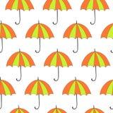与秋天和五颜六色的遮阳伞的无缝的背景 库存图片