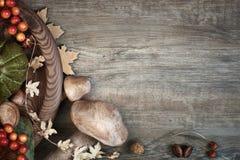与秋天干燥装饰的秋天背景在木头,空间 免版税库存照片