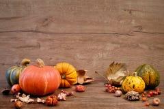 与秋天干燥装饰的秋天背景在木头 免版税库存图片
