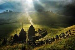 与秋天早晨雾在日出-罗马尼亚的山风景 免版税图库摄影