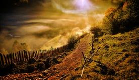 与秋天早晨雾的山风景在日出- Fundatur 库存照片