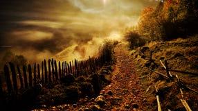 与秋天早晨雾的山风景在日出- Fundatur 免版税图库摄影