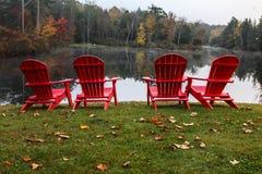 与秋天的四把红色椅子 库存图片