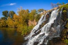 与秋天的瀑布上色在岩石的树 修道院海岛的公园 库存照片