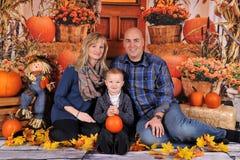 与秋天背景的美丽的家庭 免版税库存照片