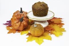 与秋天装饰的南瓜松饼 免版税库存图片